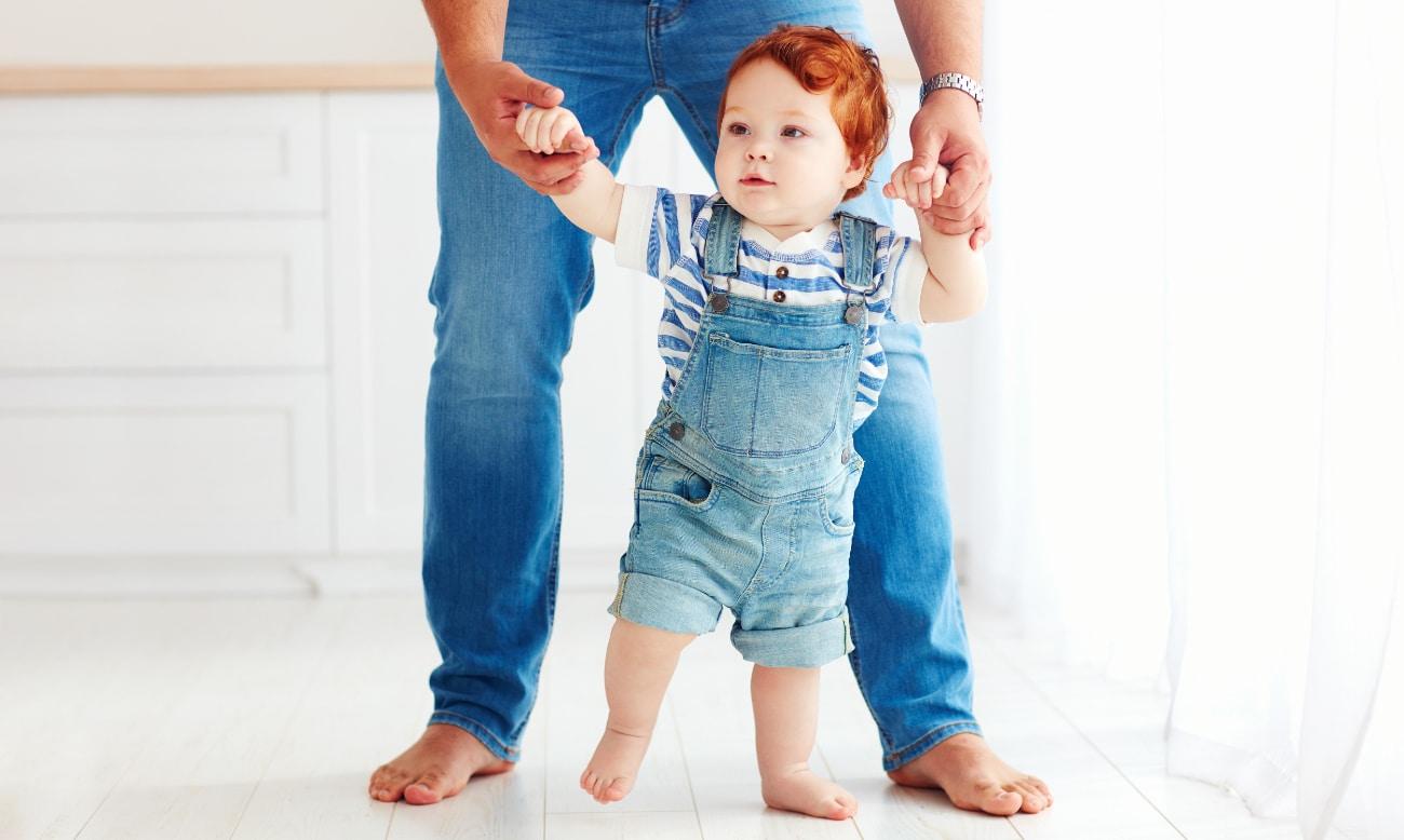 Pai a ensinar o filho a andar